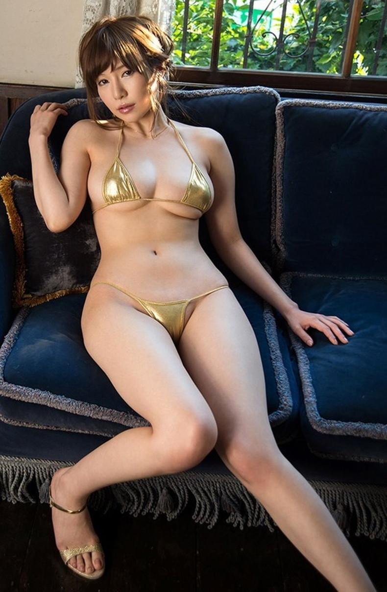 【おっぱい】デカテカの光沢ビキニや光沢競泳水着を着た美巨乳娘たちが胸ポチや谷間を見せつけてくれる光沢水着のおっぱい画像集w【80枚】 12
