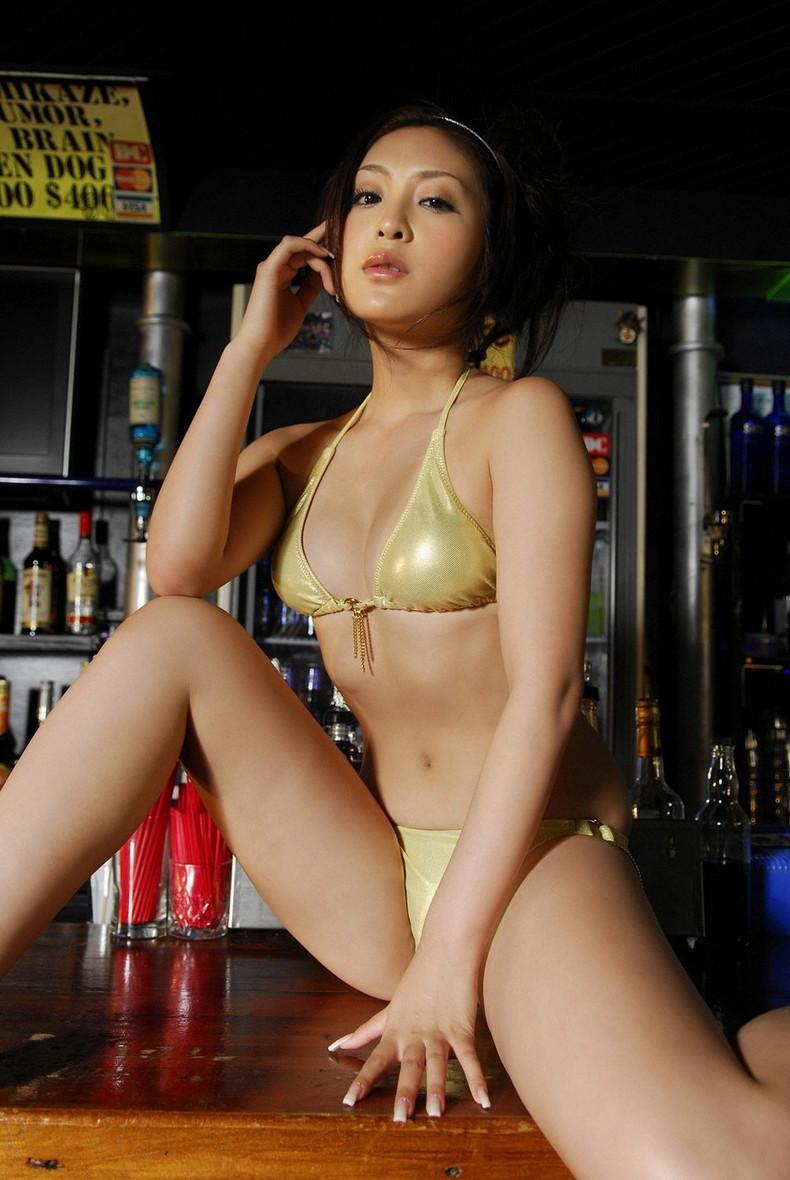 【おっぱい】デカテカの光沢ビキニや光沢競泳水着を着た美巨乳娘たちが胸ポチや谷間を見せつけてくれる光沢水着のおっぱい画像集w【80枚】 51