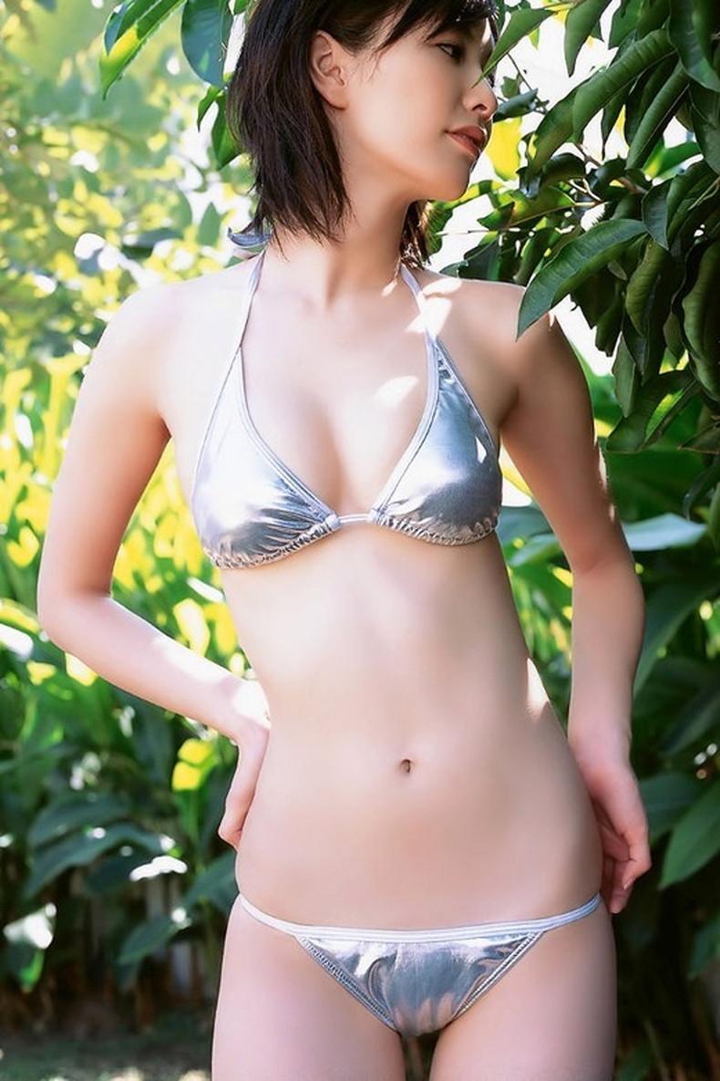 【おっぱい】デカテカの光沢ビキニや光沢競泳水着を着た美巨乳娘たちが胸ポチや谷間を見せつけてくれる光沢水着のおっぱい画像集w【80枚】 76