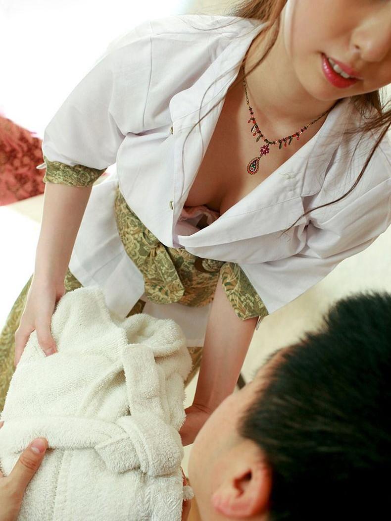 【おっぱい】美人なマッサージ師さんやエステの担当お姉さんの前屈み胸チラが見えちゃったマッサージ師胸チラのおっぱい画像集!w【80枚】 45