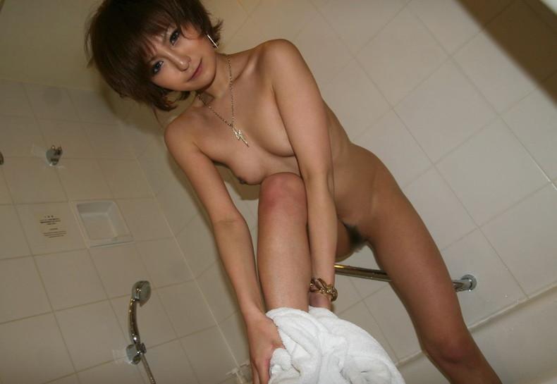 【おっぱい】バスタオルがはらりと取れて濡れた美乳がチラ見えしてる湯上がり美人のおっぱい画像集!ww【80枚】 32