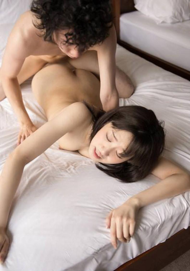 【おっぱい】セックス中にうつ伏せでおっぱいが潰され乳首が擦れて気持ちよさそうな寝バックのおっぱい画像集!w【80枚】 36