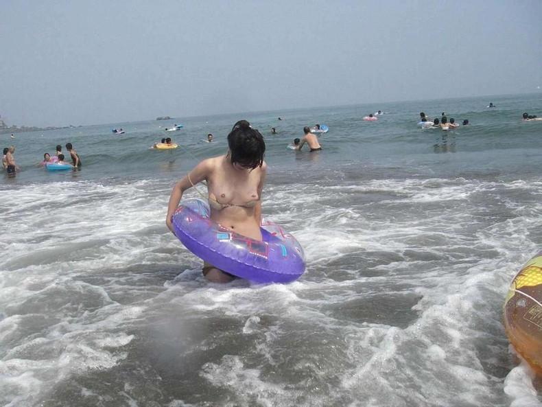 【おっぱい】ビーチやプールで発見した乳首ポロリハプニングしてる女の子を盗撮した水着おっぱい画像集【80枚】 17