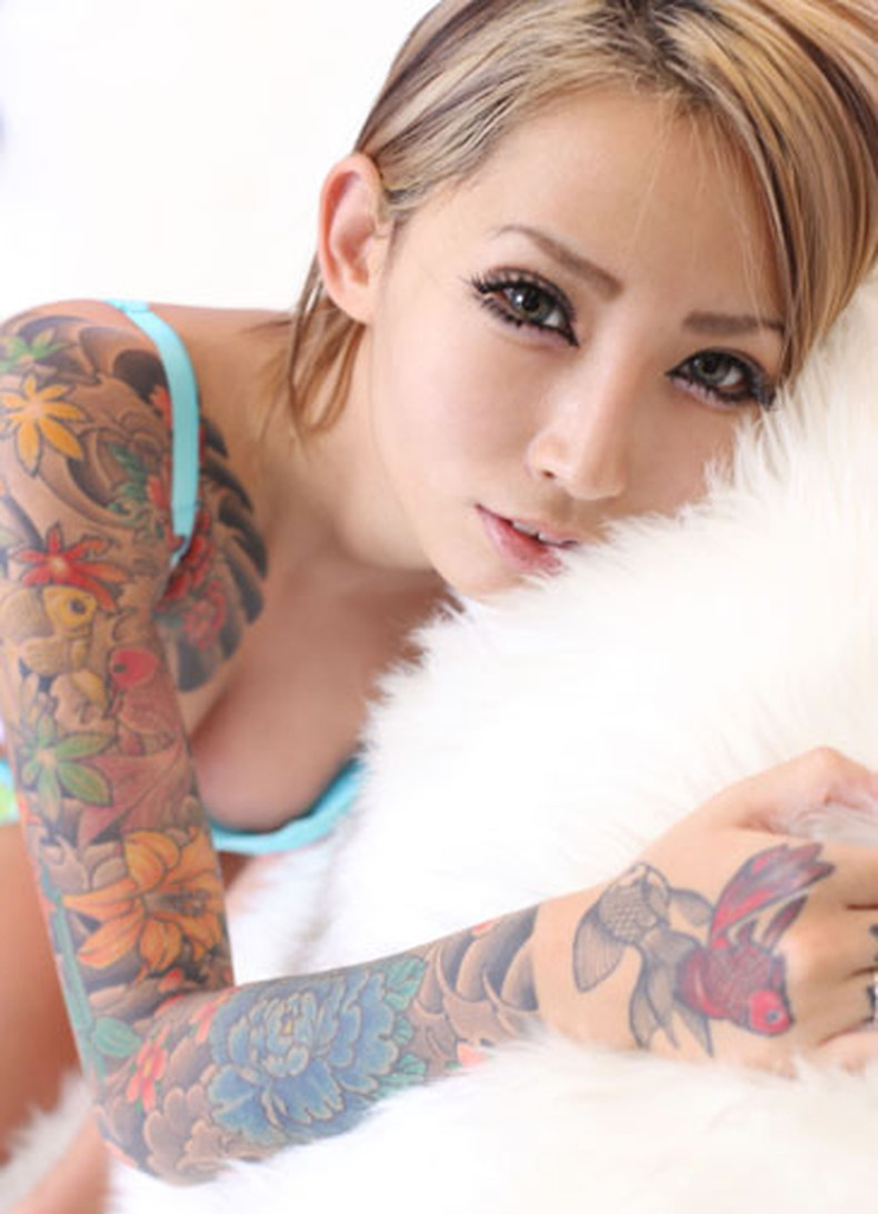 【おっぱい】イマドキ女子を脱がせておしゃれタトゥーがあったらヤリマン決定!!タトゥー入り美女のおっぱい画像集!w【80枚】 35
