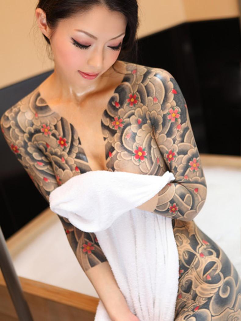【おっぱい】イマドキ女子を脱がせておしゃれタトゥーがあったらヤリマン決定!!タトゥー入り美女のおっぱい画像集!w【80枚】 56