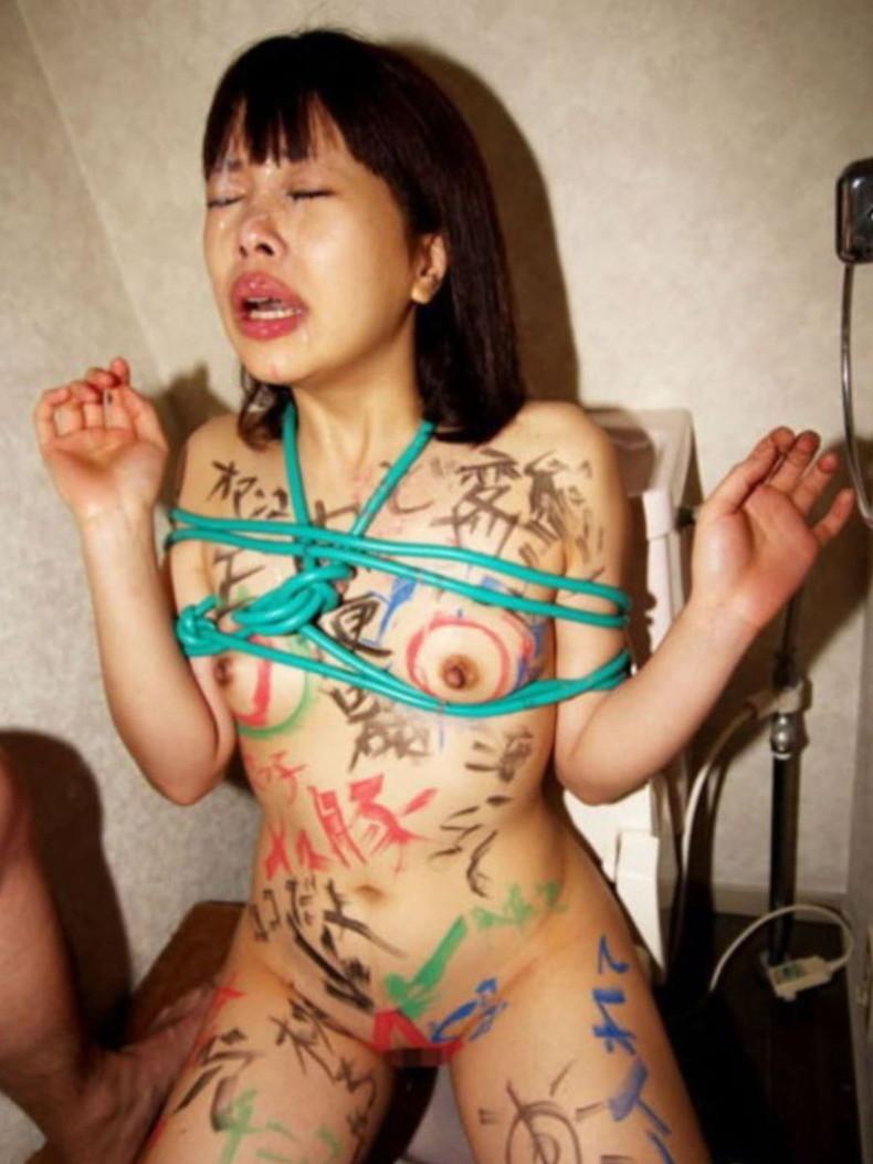 【おっぱい】肉便器堕ちした性奴隷娘の全身に卑猥な落書きして輪姦しまくる全身落書きのおっぱい画像集!w【80枚】 69
