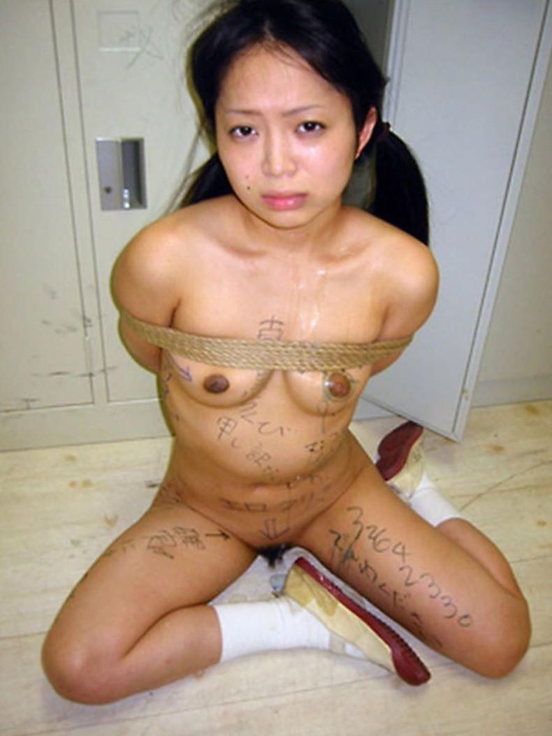 【おっぱい】肉便器堕ちした性奴隷娘の全身に卑猥な落書きして輪姦しまくる全身落書きのおっぱい画像集!w【80枚】 79