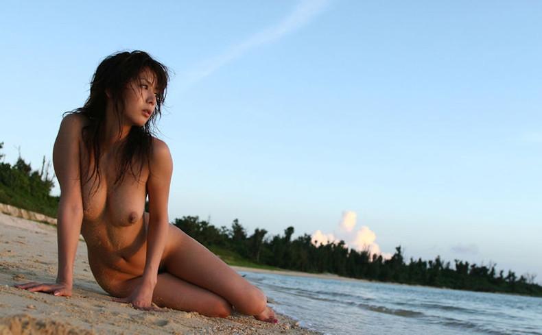 【おっぱい】海岸でで自慢の日焼けおっぱいを晒してくれる美女が眩し過ぎるビーチヌードのおっぱい画像集!w【80枚】 01