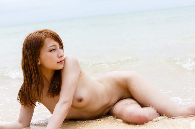 【おっぱい】海岸でで自慢の日焼けおっぱいを晒してくれる美女が眩し過ぎるビーチヌードのおっぱい画像集!w【80枚】 07