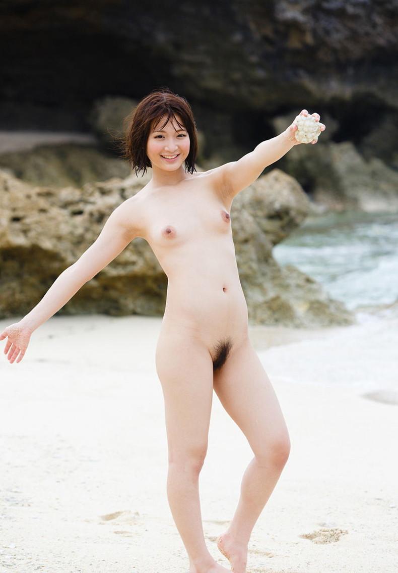 【おっぱい】海岸でで自慢の日焼けおっぱいを晒してくれる美女が眩し過ぎるビーチヌードのおっぱい画像集!w【80枚】 26