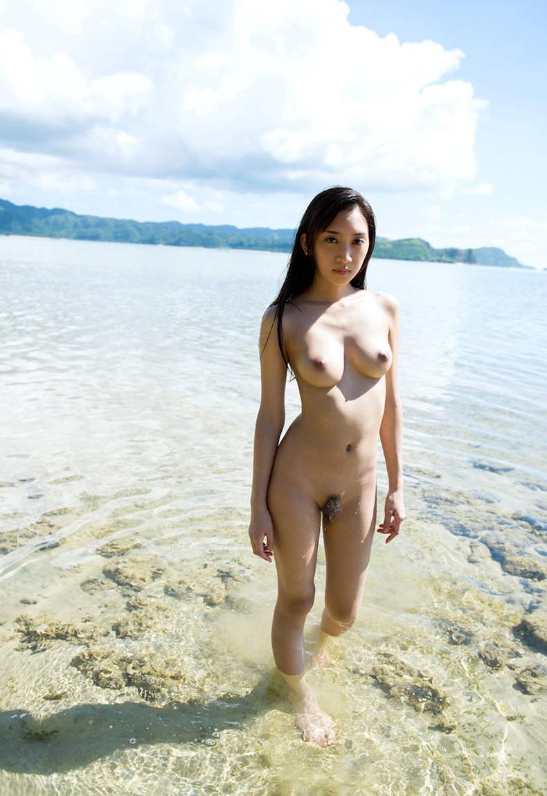 【おっぱい】海岸でで自慢の日焼けおっぱいを晒してくれる美女が眩し過ぎるビーチヌードのおっぱい画像集!w【80枚】 73