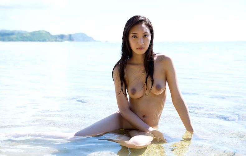 【おっぱい】海岸でで自慢の日焼けおっぱいを晒してくれる美女が眩し過ぎるビーチヌードのおっぱい画像集!w【80枚】 74