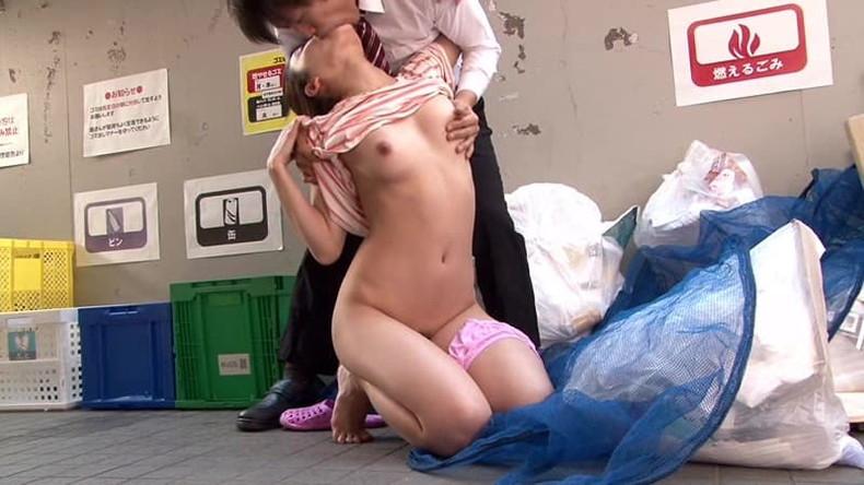 【おっぱい】近所の若妻がノーブラでゴミ捨てww胸チラやチクチラに興奮して野外で寝取るゴミ捨て奥さんのおっぱい画像集!w【80枚】 13