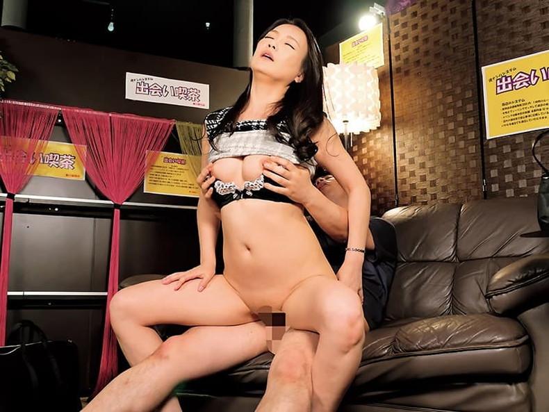 【おっぱい】元お嬢様の清楚妻が夫以外の男性に美乳を吸われて不倫セックスしてる清楚妻のおっぱい画像集!w【80枚】 24