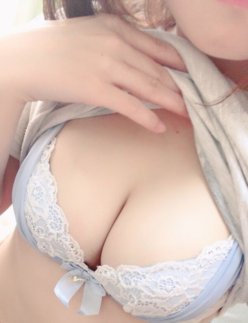【おっぱい】巨乳自慢の露出狂女子が自宅で乳首まで露出して自撮りしてる素人露出のおっぱい画像集!w【80枚】 79
