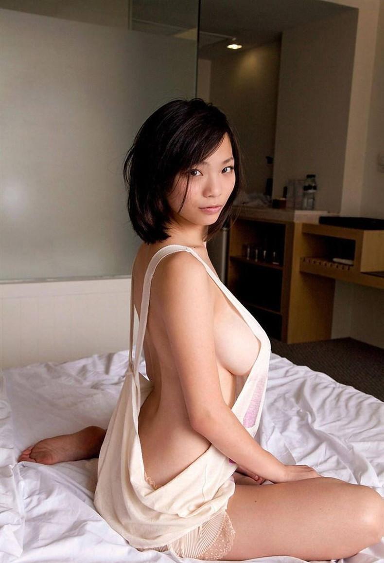 【おっぱい】デカパイ美女の横乳が柔らかそうで指でツンツンしたくなる巨乳横乳のおっぱい画像集!w【80枚】 26