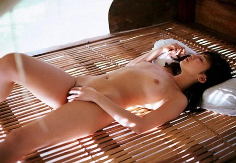 【おっぱい】仰向けで晒す美女の潰れたおっぱいや陰毛がエロ過ぎる仰向けヌードのおっぱい画像集!ww【80枚】 14