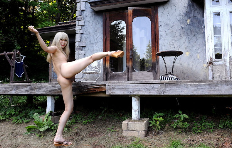 【おっぱい】片足上げヌードでおまんこと美乳を同時に見せつけてくれる片足上げヌードのおっぱい画像集ww【80枚】 27