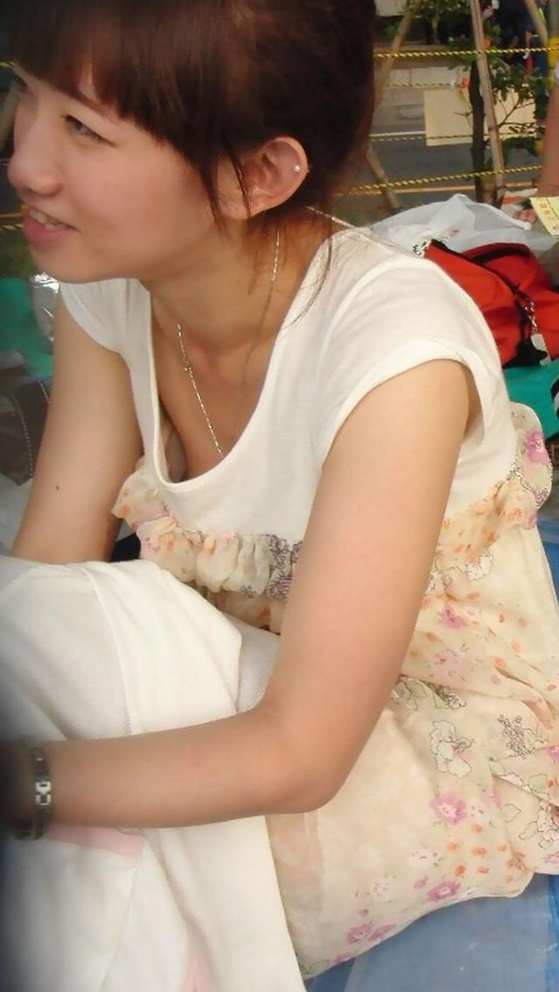【おっぱい】スナップ撮影で素人女子が意図せず胸チラしちゃってるスナップ写真のおっぱい画像集ww【80枚】 26
