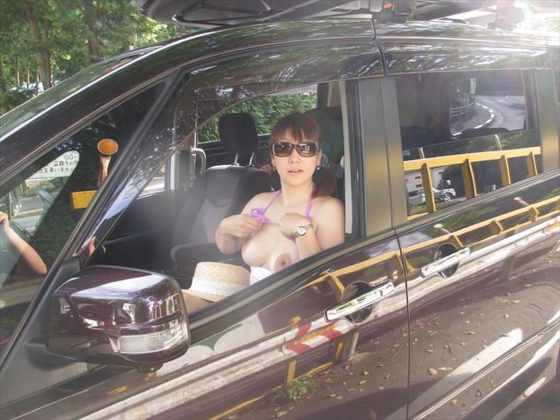 【おっぱい】彼女やセフレがドライブ中に車内で服やブラジャーをめくっておっぱいを見せてくれてる車内露出のおっぱい画像集!ww【80枚】 26