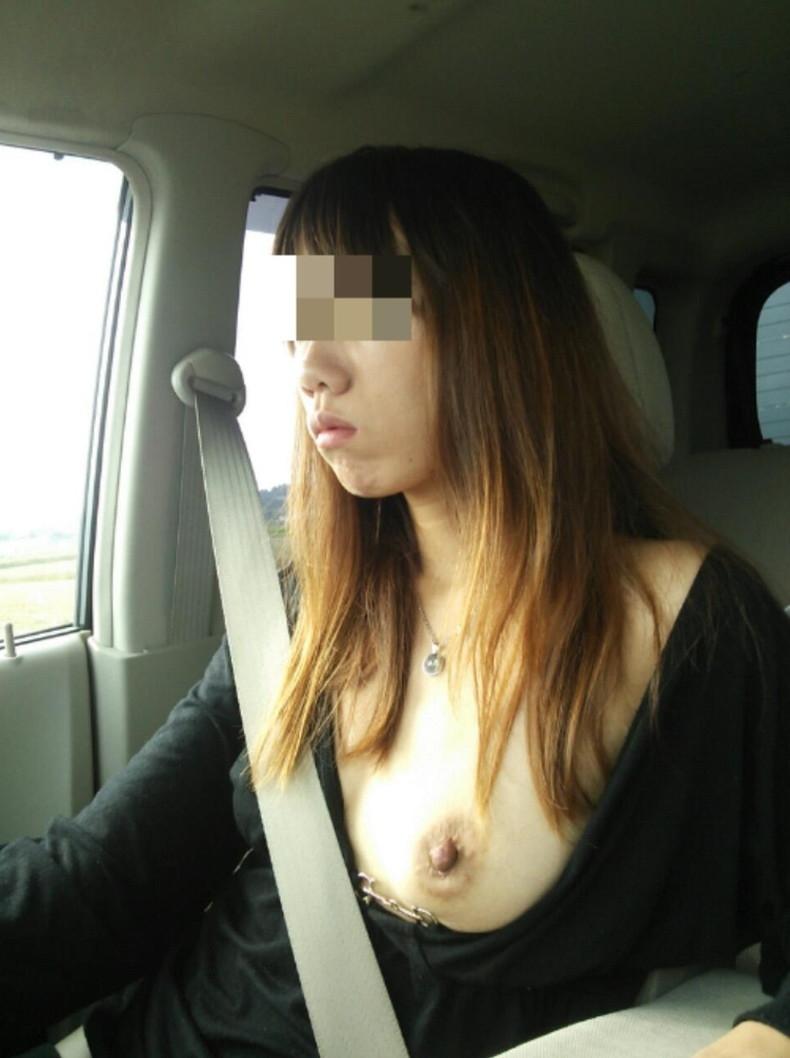 【おっぱい】彼女やセフレがドライブ中に車内で服やブラジャーをめくっておっぱいを見せてくれてる車内露出のおっぱい画像集!ww【80枚】 36
