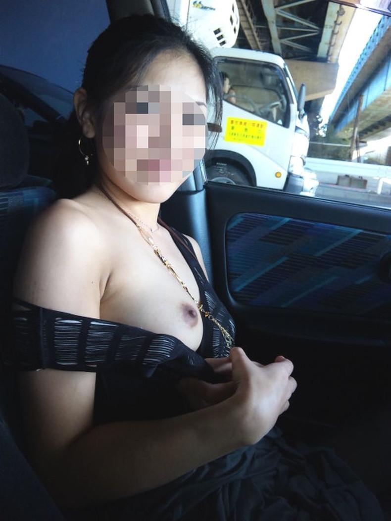 【おっぱい】彼女やセフレがドライブ中に車内で服やブラジャーをめくっておっぱいを見せてくれてる車内露出のおっぱい画像集!ww【80枚】 38