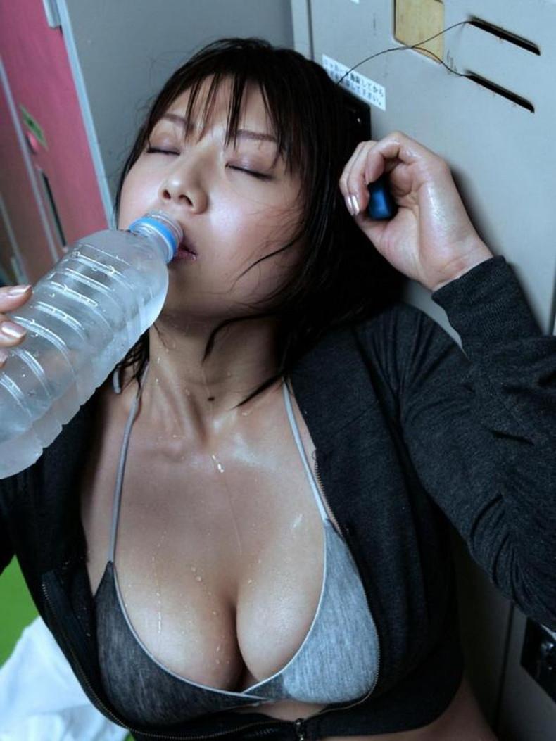 【おっぱい】汗まみれの濡れた乳首や巨乳が塩味強めで舐めたくなる汗まみれのおっぱい画像集!ww【80枚】 49