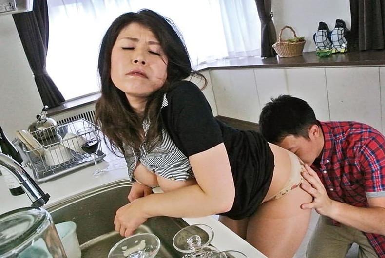 【おっぱい】マザコン息子がママの垂れパイを吸ってパイズリしてもらう母子相姦のおっぱい画像集!ww【80枚】 22