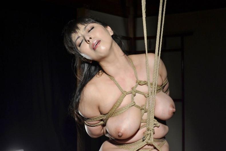 【おっぱい】縛られロープに食い込みハミ出る乳肉がエロ過ぎる!緊縛プレイされてるドマゾ美女の縛られるおっぱい画像集w【80枚】 40