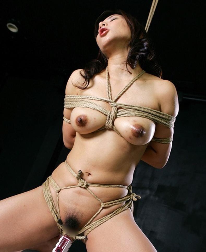 【おっぱい】縛られロープに食い込みハミ出る乳肉がエロ過ぎる!緊縛プレイされてるドマゾ美女の縛られるおっぱい画像集w【80枚】 77
