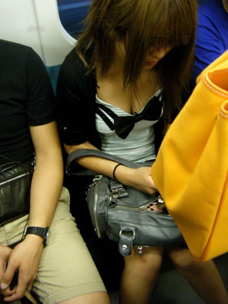 【おっぱい】街中や電車で素人女子の谷間を覗いて隠し撮り!前屈みのブラチラや胸チラが無防備過ぎる素人谷間のおっぱい画像集!w【80枚】 25