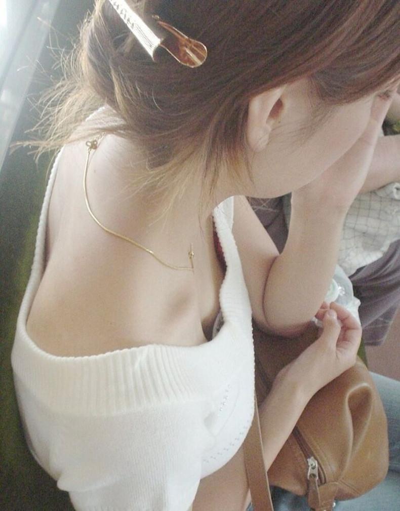 【おっぱい】街中や電車で素人女子の谷間を覗いて隠し撮り!前屈みのブラチラや胸チラが無防備過ぎる素人谷間のおっぱい画像集!w【80枚】 29