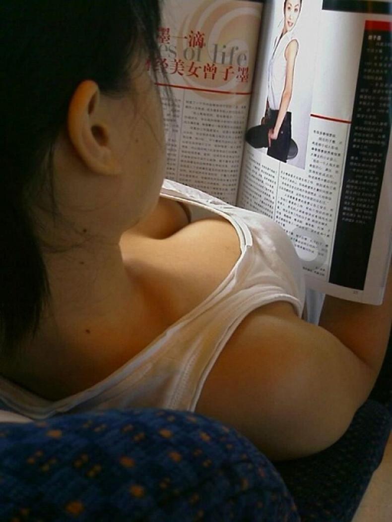 【おっぱい】街中や電車で素人女子の谷間を覗いて隠し撮り!前屈みのブラチラや胸チラが無防備過ぎる素人谷間のおっぱい画像集!w【80枚】 66