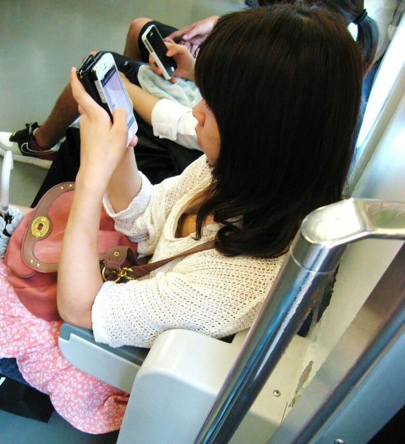 【おっぱい】街中や電車で素人女子の谷間を覗いて隠し撮り!前屈みのブラチラや胸チラが無防備過ぎる素人谷間のおっぱい画像集!w【80枚】 79