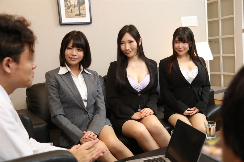 【おっぱい】スーツや事務制服越しの巨乳の揺れが気になり仕事が手につかなくなる巨乳OLのおっぱい画像集!ww【80枚】 30