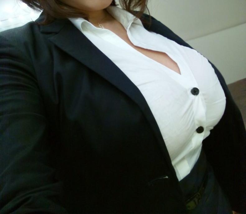 【おっぱい】スーツや事務制服越しの巨乳の揺れが気になり仕事が手につかなくなる巨乳OLのおっぱい画像集!ww【80枚】 33