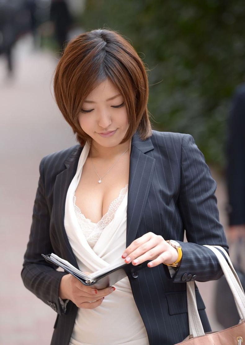 【おっぱい】スーツや事務制服越しの巨乳の揺れが気になり仕事が手につかなくなる巨乳OLのおっぱい画像集!ww【80枚】 42