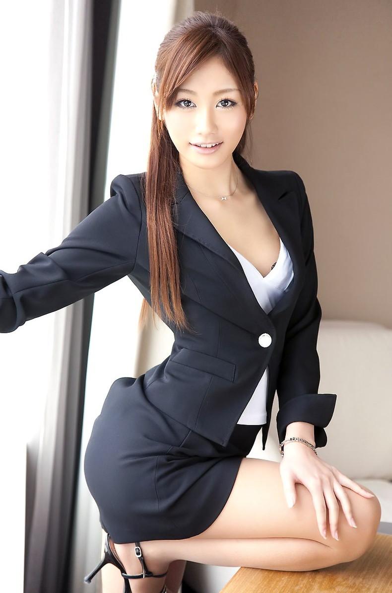 【おっぱい】スーツや事務制服越しの巨乳の揺れが気になり仕事が手につかなくなる巨乳OLのおっぱい画像集!ww【80枚】 60