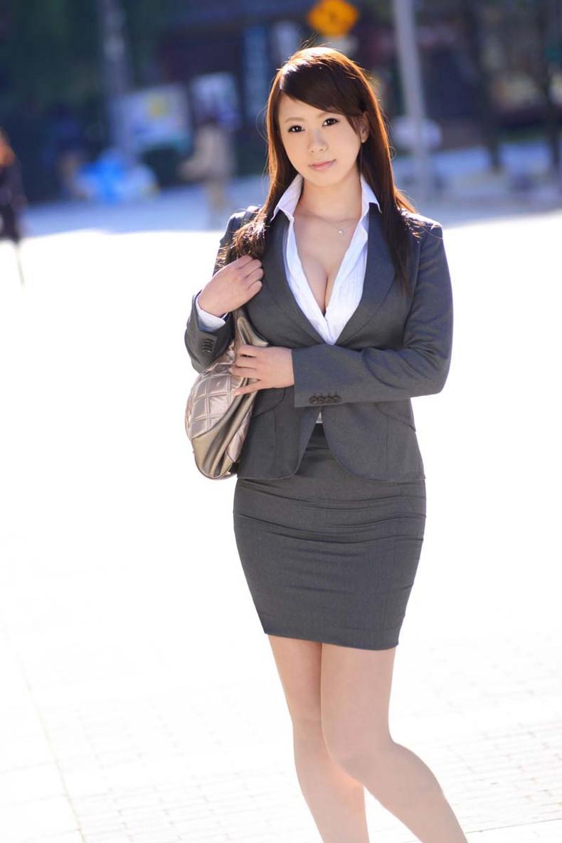 【おっぱい】スーツや事務制服越しの巨乳の揺れが気になり仕事が手につかなくなる巨乳OLのおっぱい画像集!ww【80枚】 67