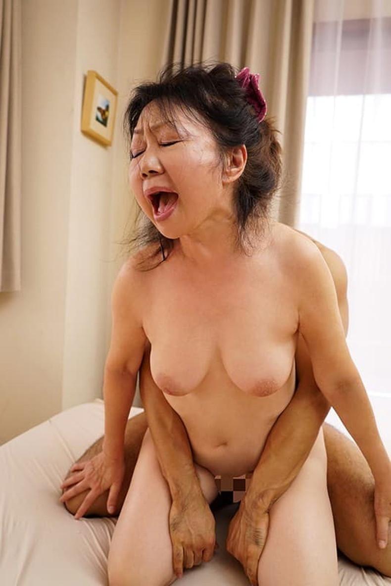 【おっぱい】熟年奥さんのだらしなくて背徳感のある垂れパイが好きだ!欲求不満おばさんと不倫セックスしてる熟年女性のおっぱい画像集!ww【80枚】 53