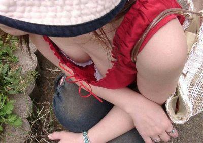 【おっぱい】街中で胸チラさせてる素人ギャルや若妻を盗撮しちゃった谷間おっぱい画像集w【80枚】 01