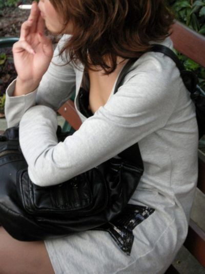 【おっぱい】街中で胸チラさせてる素人ギャルや若妻を盗撮しちゃった谷間おっぱい画像集w【80枚】 53