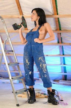 【おっぱい】ナマ乳オーバーオールとかいう裸エプロンに匹敵するエロアイテムを着こなす美巨乳女子のオーバーオールおっぱい画像集【80枚】 55