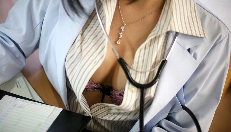 【おっぱい】密室の診察室で白衣着たまま乳首晒して手コキや足コキしてくれちゃう痴女レベルの女医のおっぱい画像集【80枚】 21