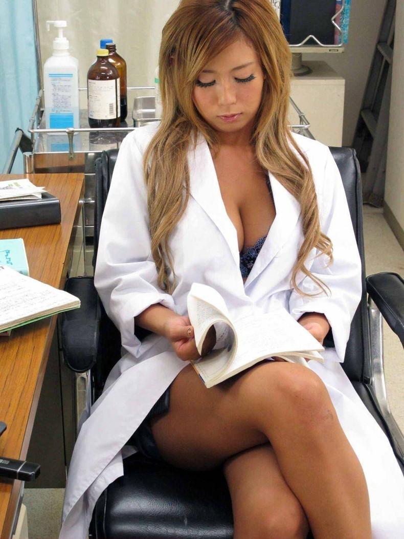 【おっぱい】密室の診察室で白衣着たまま乳首晒して手コキや足コキしてくれちゃう痴女レベルの女医のおっぱい画像集【80枚】 59