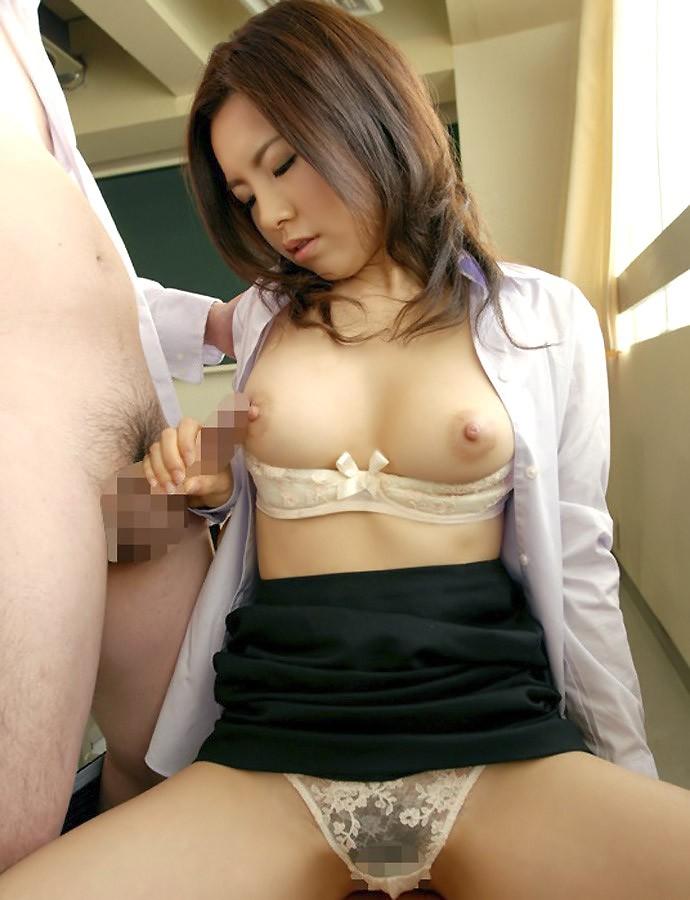 【おっぱい】ロリなJKや痴女な女教師が教室で乳首吸われてセックス補習しちゃってる教室おっぱい画像集【80枚】 20