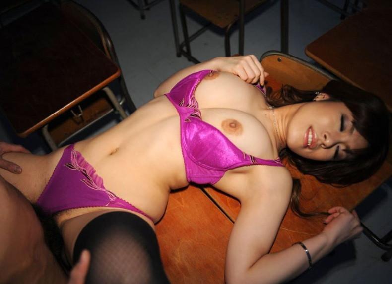 【おっぱい】ロリなJKや痴女な女教師が教室で乳首吸われてセックス補習しちゃってる教室おっぱい画像集【80枚】 35