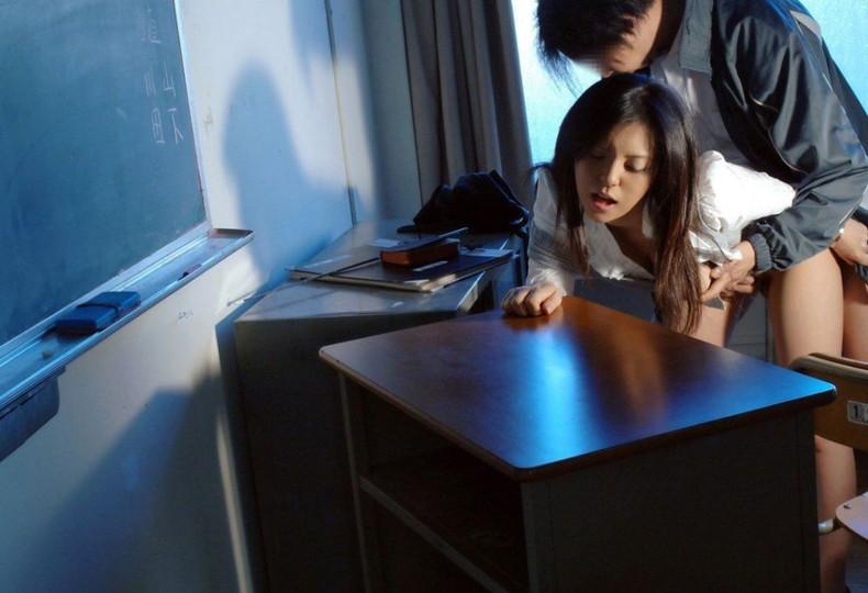 【おっぱい】ロリなJKや痴女な女教師が教室で乳首吸われてセックス補習しちゃってる教室おっぱい画像集【80枚】 44