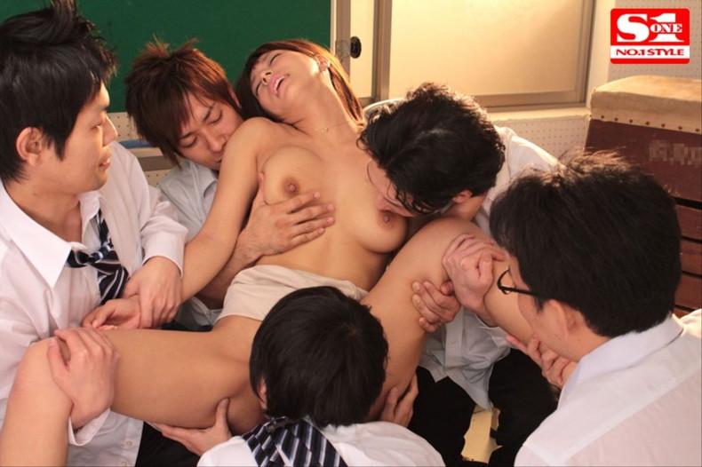 【おっぱい】ロリなJKや痴女な女教師が教室で乳首吸われてセックス補習しちゃってる教室おっぱい画像集【80枚】 70
