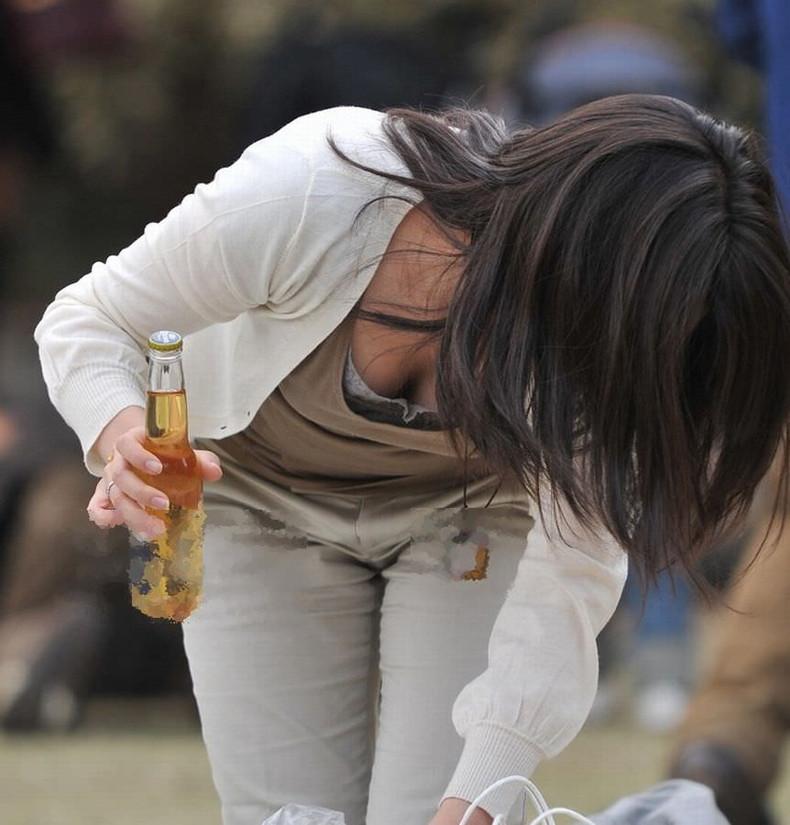【おっぱい】公園の素人人妻や買い物中のOLや花見してるほろ酔いJDたちが谷間を盗撮されてる前かがみおっぱい画像集【80枚】 24